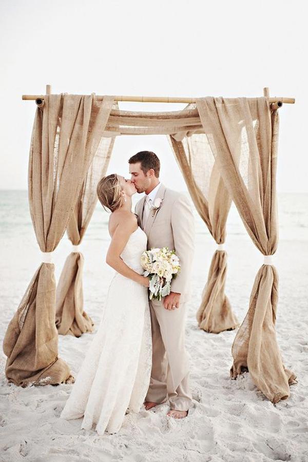 bacio sposi sulla spiaggia