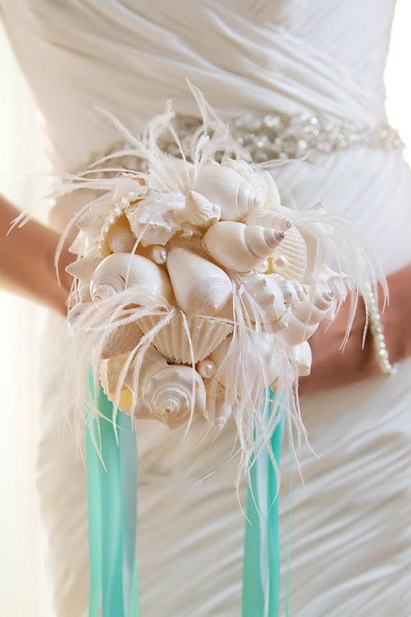 bouquet di conchiglie con piume