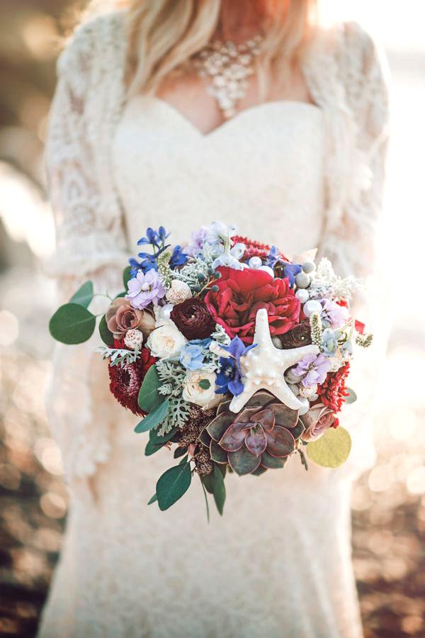 bouquet fiori colorati e conchiglie