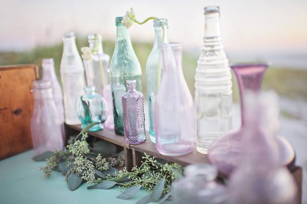 decorazione con bottiglie vetro colorato